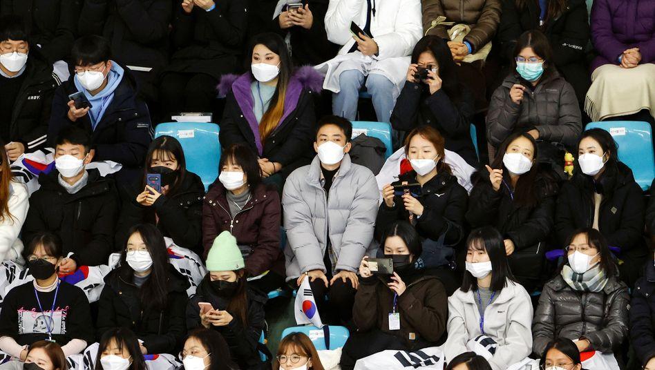 Besucher beim Eiskunstlauf-Wettbewerb in Seoul
