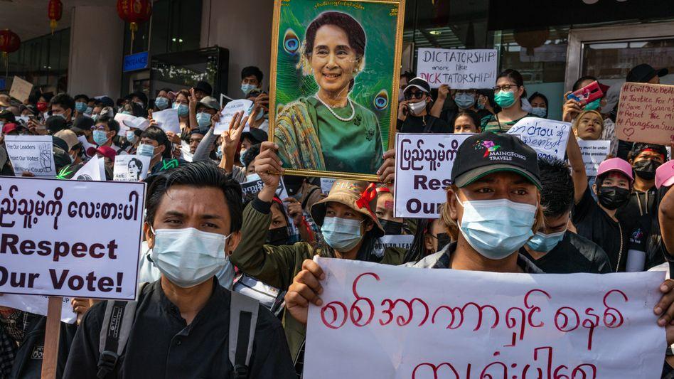 Anhängerin der Regierungschefin Aung San Suu Kyi bei einem Protest in Yangon