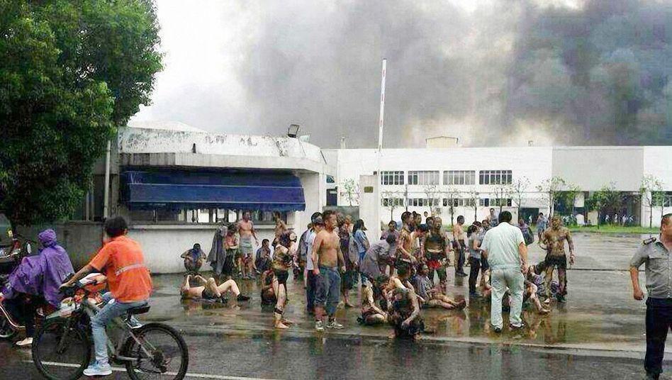 Arbeiter vor Fabrik in Kunshan: Viele Tote nach Explosion