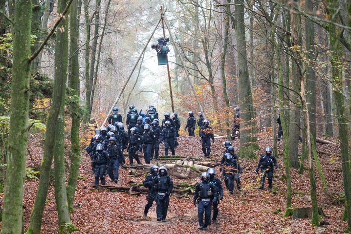 Polizeikräfte im Dannenröder Forst, 11. November 2020