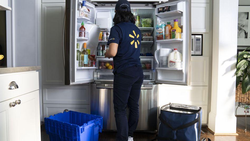So sieht es im Werbevideo aus: Eine Walmart-Mitarbeiterin räumt Einkäufe in den Kühlschrank eines Kunden ein.
