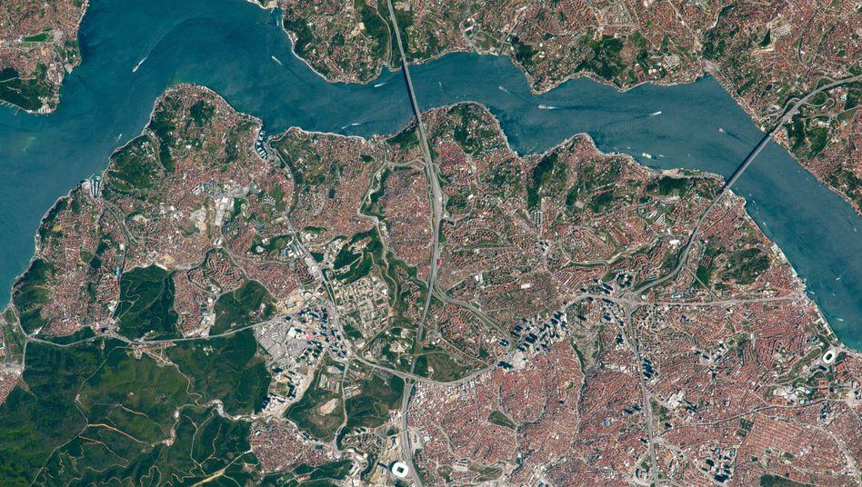 Aufeinandertreffen der Kontinente (Bild von 2017): Am Bosporus verbinden Brücken Europa (unten) und Asien