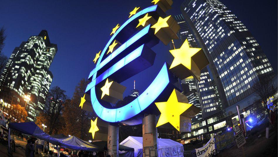"""Euro-Skulptur und Occupy-Zelte vor der EZB: """"Risiken haben beträchtlich zugenommen"""""""