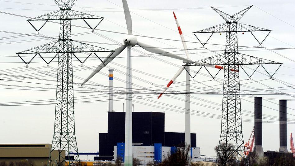Windräder und Leitungen vor dem AKW Brunsbüttel: Kraftakt für die Netzstabilität