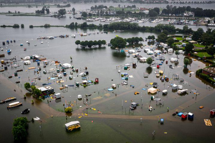 Ein überfluteter Campingplatz im niederländischen Roermond. Der Fluss Maas erreichte ein Rekordhoch