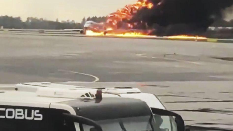 Brennende Aeroflot-Maschine auf dem Rollfeld in Moskau-Scheremetjewo