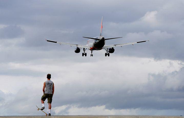 Ein Flugzeug fliegt in Australien an einem Skater vorbei