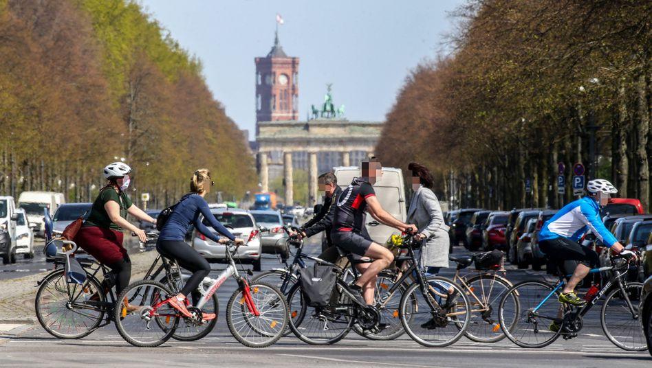 Zunehmender Radverkehr vor dem Brandenburger Tor Mitte April: Während der Coronakrise treten auch die Berliner vermehrt in die Pedale
