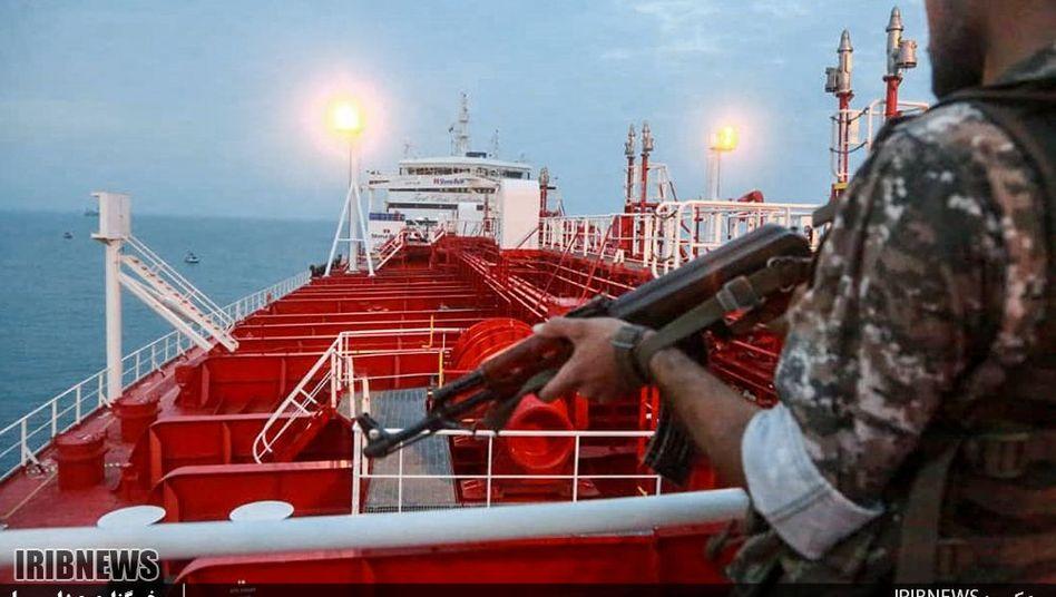 """Ein Mitglied der Iranischen Revolutionsgarden steht auf dem festgesetzten britischen Tanker """"Stena Impero"""""""