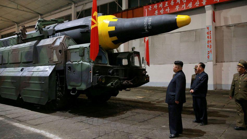 Kim Jong Un inspiziert Rakete (Archivaufnahme)