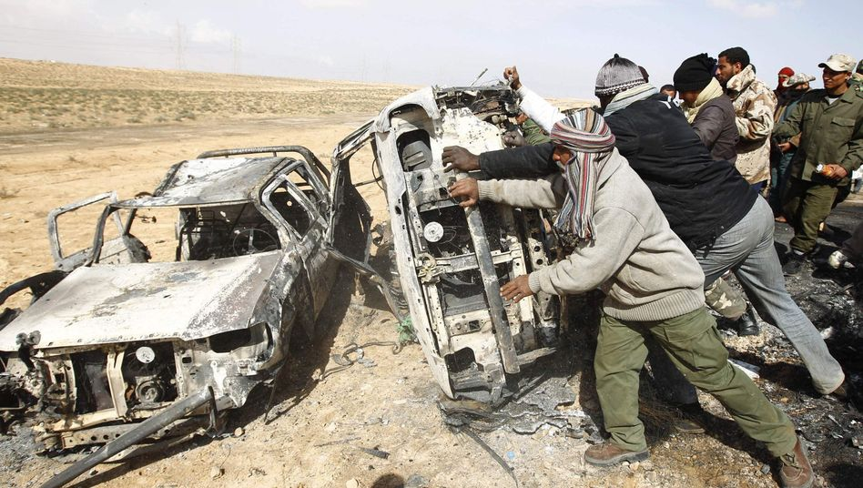 Nato-Luftangriff in Libyen: Rebellen untersuchen beschossene Fahrzeuge