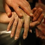 Ein Pfleger hält die Hand einer Patientin: Viele befragte Ärzte können sich vorstellen, beim Suizid zu helfen