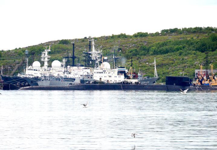"""Ein U-Boot im Militärhafen von Seweromorsk am 2. Juli: Ist es die havarierte """"Loscharik""""?"""