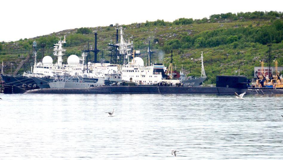 Seweromorsk nahe Murmansk im Norden Russlands: Das am Montag havarierte russische Unterseeboot soll in diesen Hafen geschleppt worden sein. Die Aufnahme von Dienstag zeigt ein nicht identifiziertes U-Boot