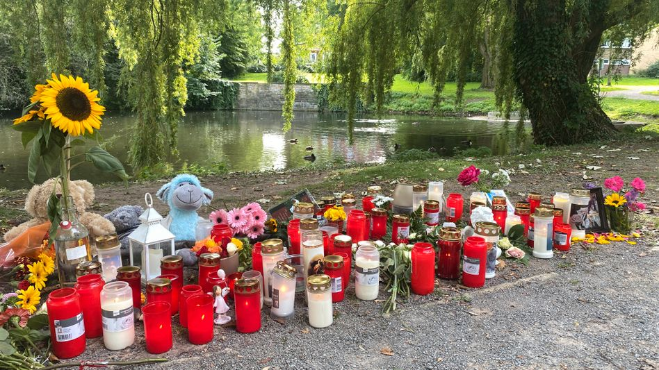 Stofftiere, Kerzen und Sonnenblumen an einem kleinen See am Oberlandesgericht Hamm: Dort wurde am Sonntag eine Frauenleiche gefunden