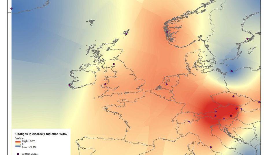 Veränderung der Sonnenstrahlung im Vergleich von 1965 bis 1988 und 1989 bis 2012 - Rot zeigt die stärkste Zunahme, Orange und Gelb Zunahme; Blau eine Abnahme der Sonnenstrahlung.