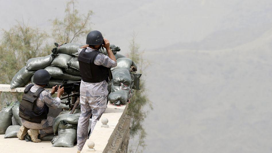 """Saudi-arabische Soldaten an der Grenze zum Jemen: """"Operation Entscheidungssturm"""" stockt"""