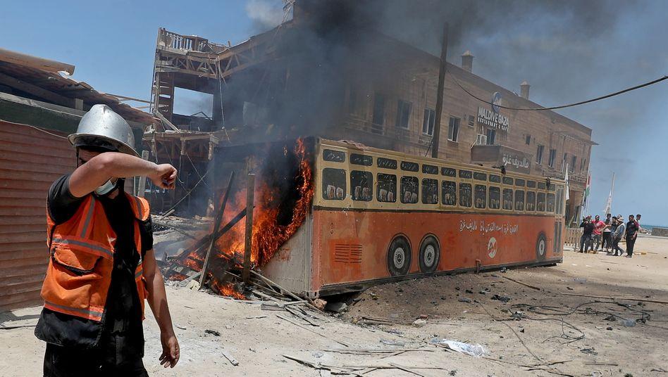 Ein palästinensischer Feuerwehrmann vor Ort nach einem israelischen Luftangriff in Gaza