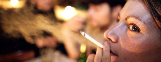 Raucherin in einer Hamburger Gaststätte: Kneipiers dürfen sich freuen