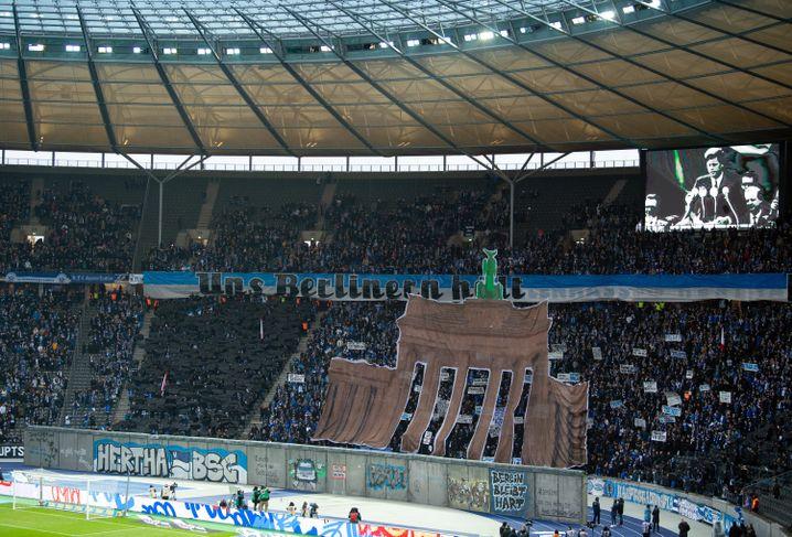 Vor Spielbeginn zeigten die Hertha-Fans eine Choreo in Gedenken an den 30. Jahrestag des Mauerfalls