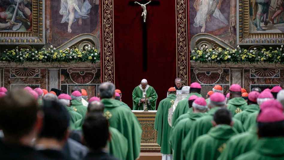 Papst Franziskus (M.) bei der Messe zum Abschluss der Antimissbrauchskonferenz im Februar 2019