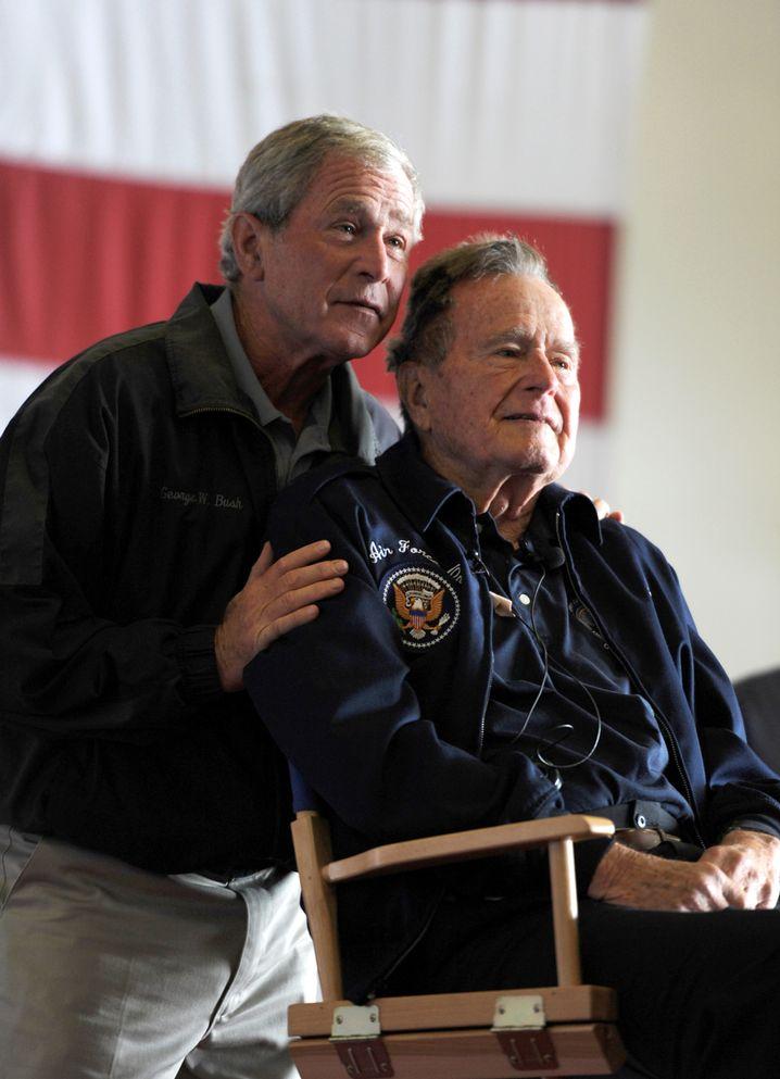 George W. Bush mit seinem Vater