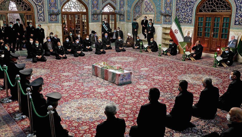 Betende am Sarg des getöteten Atomwissenschaftlers Fakhrizadeh:»Wir sind wütend«
