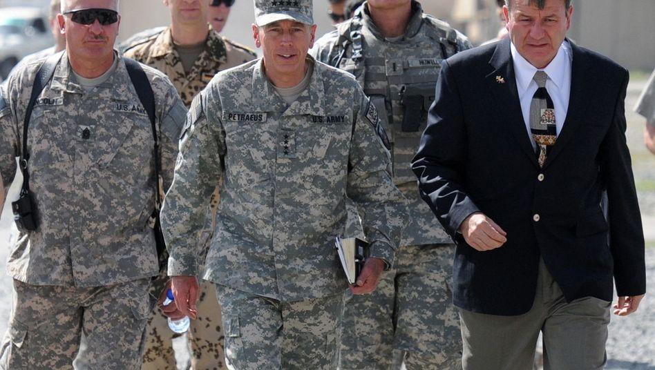 General Petraeus in Kabul (M., mit US-Botschafter und Soldaten): Tödliche Strategie