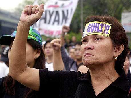 Ohnmächtige Wut: Eine Demonstrantin auf einer Kundgebung gegen Joseph Estrada ballt wütend ihre Faust. Das Amtsenthebungsverfahren gegen den philippinischen Präsidenten ist vorläufig gescheitert. Die elf Ankläger sind geschlossen von ihrem Amt zurückgetreten, weil das Senatsgericht entschieden hatte, geheime Bankkonten des unter Korruptionsverdacht stehenden Präsidenten nicht zu untersuchen. Die Anklage vermutet auf den Konten rund 66 Millionen US-Dollar, die sich Estrada illegal beschafft haben soll