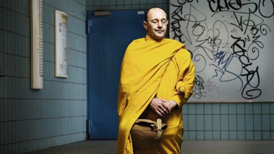 Der buddhistische Mönch Bhante Medhayo vom Berliner Dhamma Zentrum. Auch die Gläubigen auf den drei folgenden Doppelseiten wurden in Berlin fotografiert.
