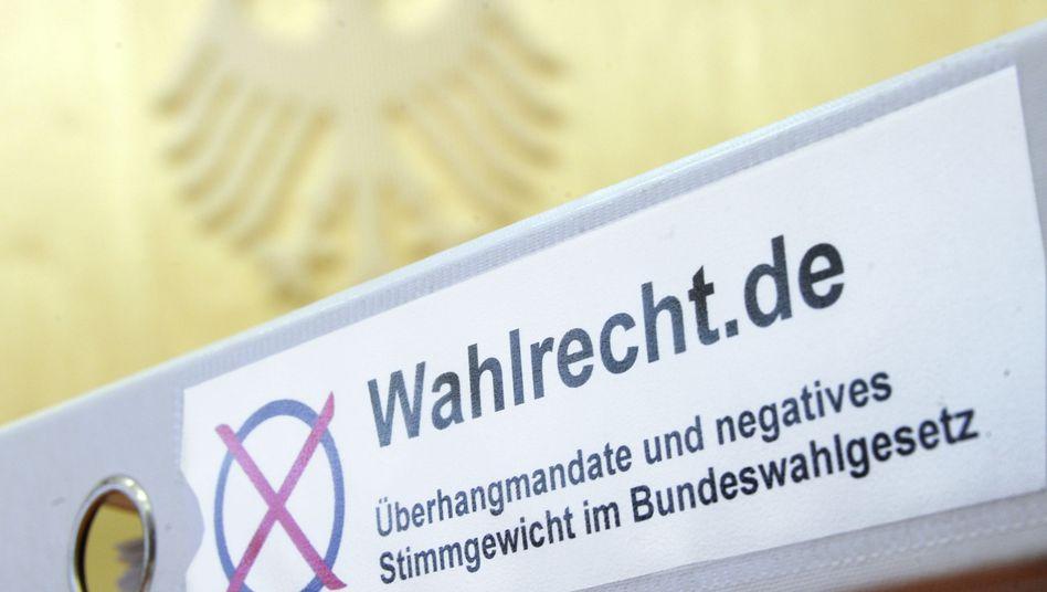 Aktenordner zum neuen Wahlrecht im Bundesverfassungsgericht in Karlsruhe