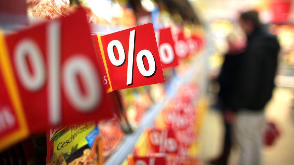 Supermarktregale (Archivbild): Im zweiten Halbjahr könnte die Kaufkraft merklich steigen - wenn die Unternehmen die Senkung weitergeben