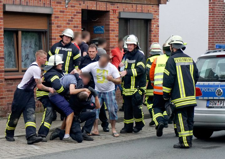 Drei Männer behindern in Bremervörde nach einem Unfall die Rettungskräfte (Archivbild)