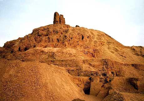 Die Nordwestseite des Turms von Borsippa. Er wurde nach dem selben Muster wie der Turm von Babel gebaut.