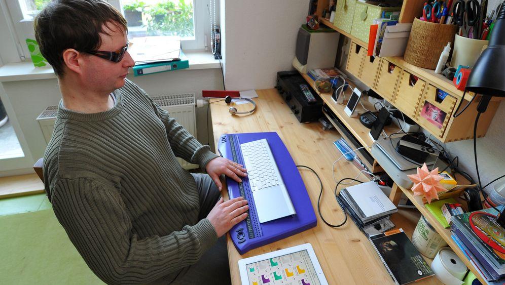 Blinder Programmierer bei der Arbeit: Tasten statt sehen