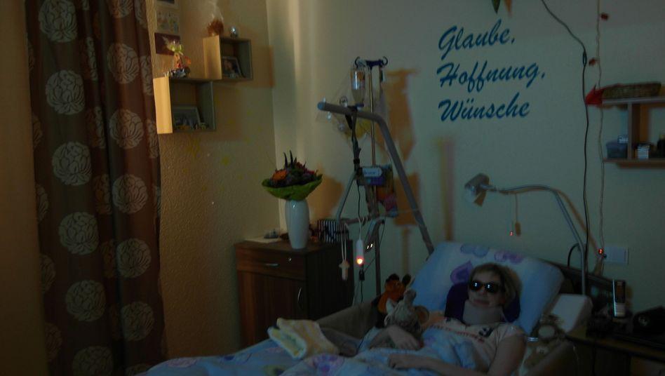 Maria Langstroff in ihrem Zimmer im Pflegeheim: 24 Stunden im abgedunkelten Raum