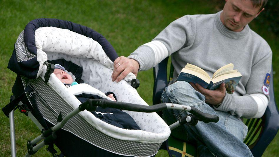 Vater mit Baby: Viele wünschen sich mehr Zeit für ihre Kinder