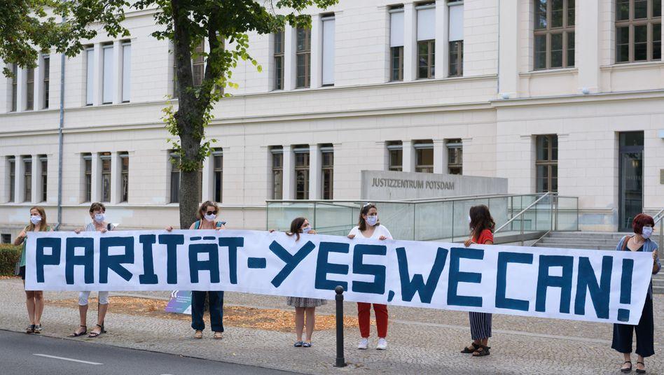 Demonstrantinnen des Frauenpolitischen Rates Land Brandenburg e.V. in Potsdam
