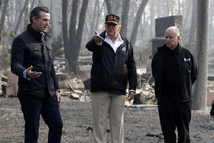 Newsom, Trump und Brown während der Waldbrände 2018