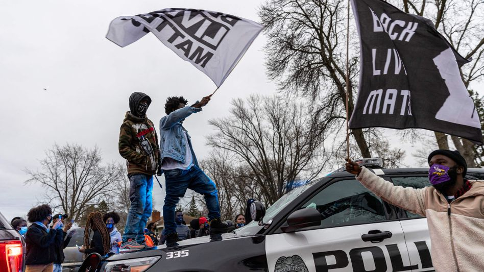 Protestierende stürmten in Minneapolis auf einen Polizeiwagen