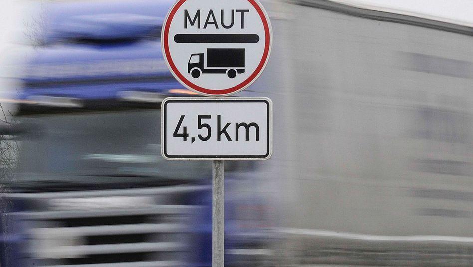 Lkw auf einer Bundesstraße: Höhere Kosten für den Einzelhandel