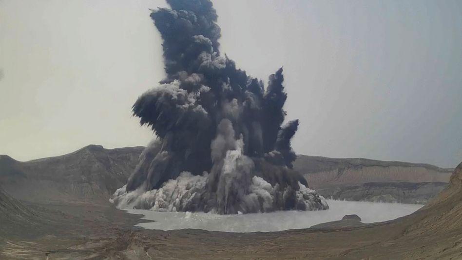 Eruption einer Dampf- und Aschewolke am philippinischen Vulkan Taal (am vergangenen Donnerstag)