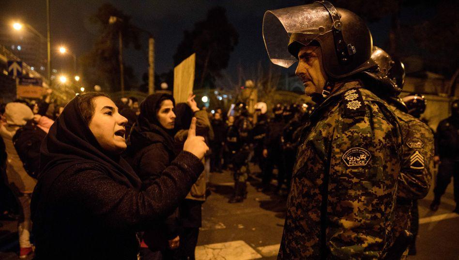 """Demonstranten versammeln sich vor der Amirkabir Universität in Teheran nach dem Absturz des ukrainischen Flugzeugs: """"Sie lügen darüber, dass unser Feind Amerika ist, unser Feind ist genau hier"""""""