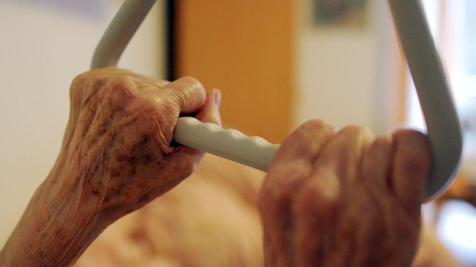 Halt im Alter: Eine wichtige Frage ist, ob jemand zu Hause oder in einer Einrichtung gepflegt wird