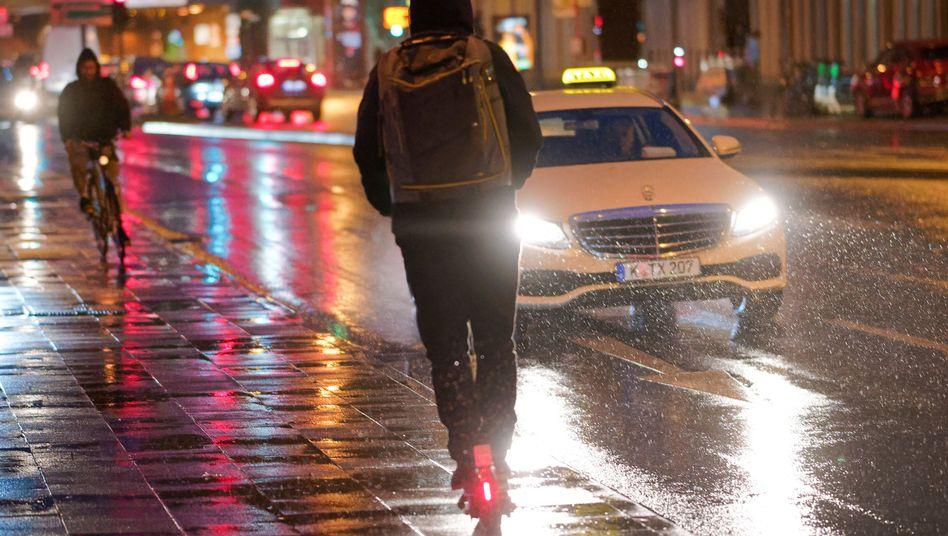 E-Scooter-Fahrer im regnerischen Köln: Mehr als hundert Verletzte in nur fünf Monaten in der Domstadt