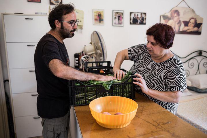 Geflüchtete und Italienerinnen, die obdachlos geworden sind, leben zusammen in der Villa Roth: So wie Mimma (r.), hier mit dem Helfer Gianni