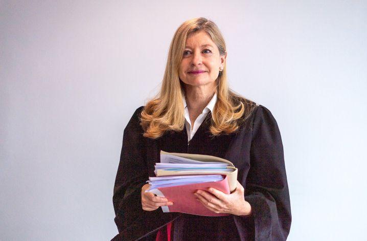 Richterin am Landgericht München Monika Rhein bei der Urteilsverkündung