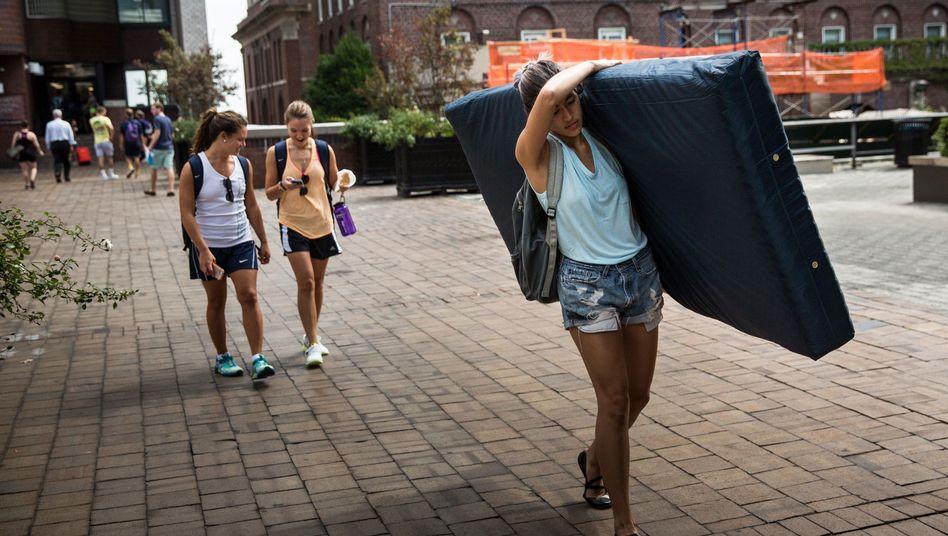 Matratzenprotest von Emma Sulkowicz: Hat sich die Columbia University falsch verhalten?