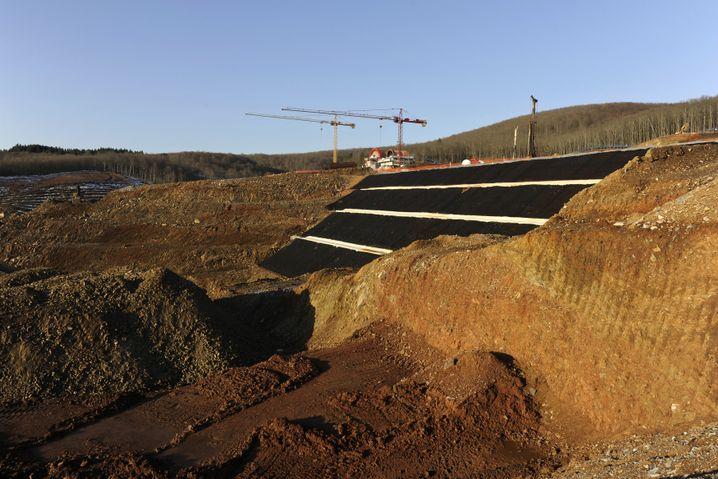 Baustelle des Goldminen-Projekts auf Chalkidiki: Bäume gefällt, Berghänge planiert