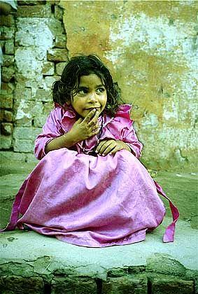 Kleine Inderin: In allen Ländern posieren die Kinder mit Freuden für die Kamera, erst recht, wenn sie so ein schönes rosa Kleid haben
